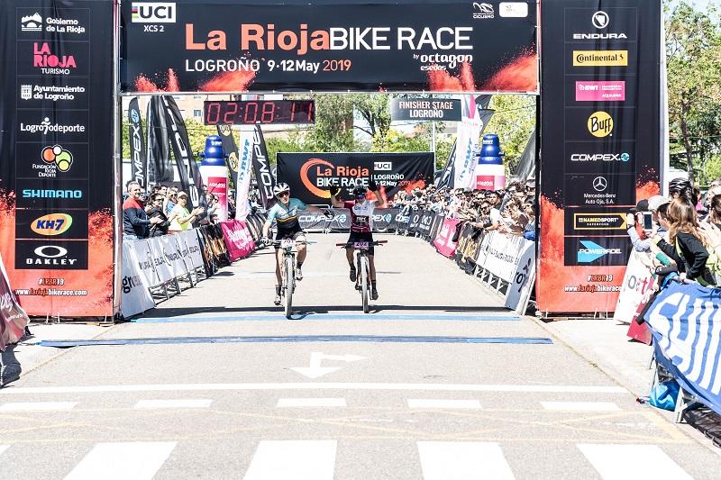 Clàudia Galicia entrando en meta junto a Rocío del Alba García en la última etapa. // Foto: Rioja Bike Race