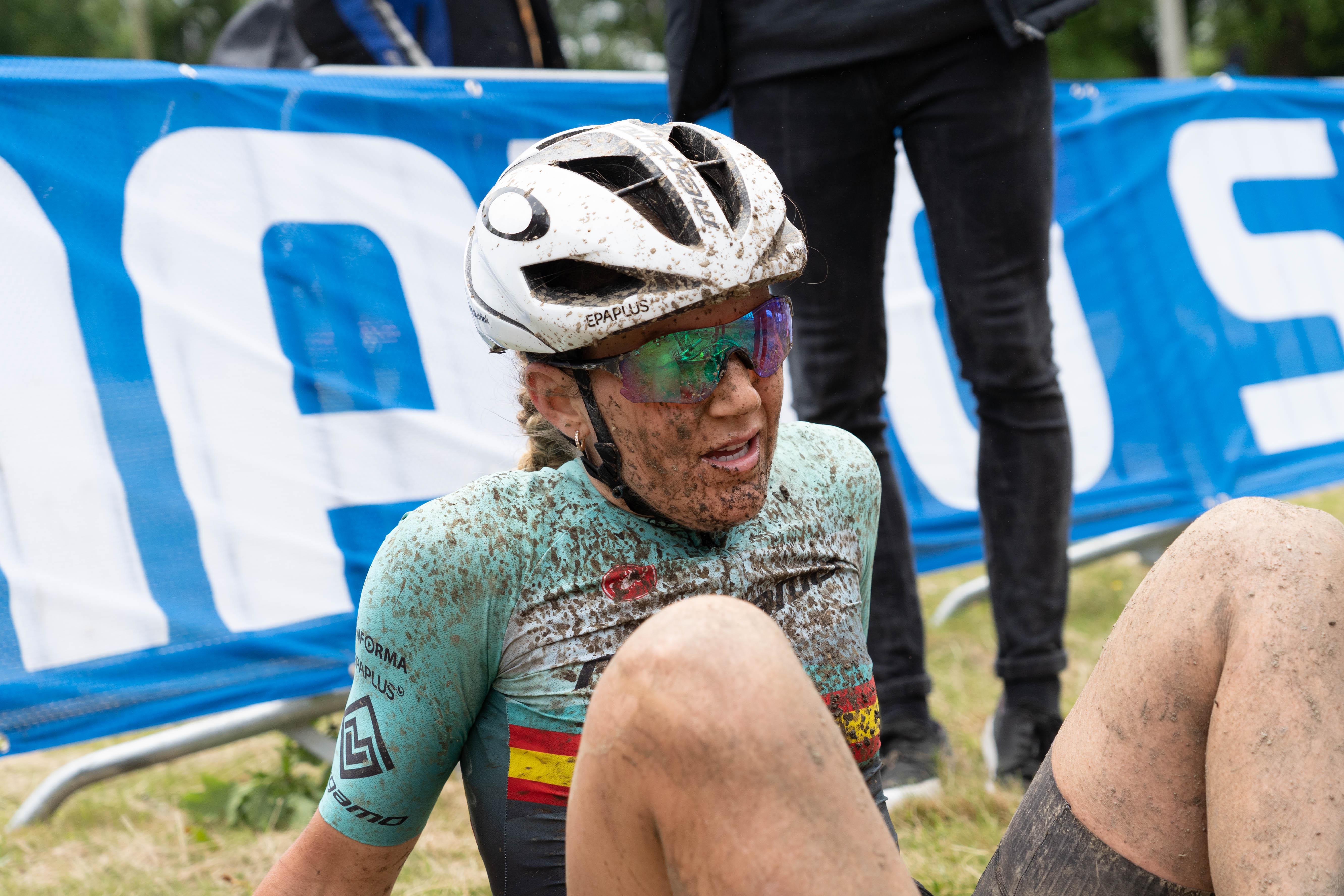 La Compex Ahtlete Claudia Galicia obligada a retirarse de la MMR Asturias Bike Race 2019 por problemas estomacales