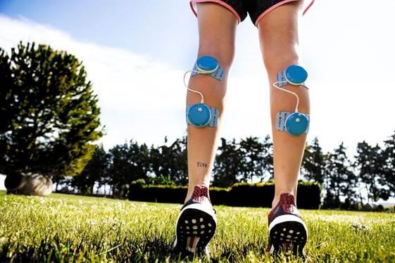 """Rehabilitación. Si habéis tenido alguna lesión o alguna vez habéis llevado escayola casi seguro que en rehabilitación os han tratado con electroestimulación con el objetivo de recuperar el tono y el volumen del músculo después de largos periodos de inactividad. Anti – Dolor. Es tan efectivo como unas buenas vacaciones. Pero como no podemos irnos día sí y día también (o por lo menos una servidora) podemos combatir dolores localizados, tensiones musculares, lumbagos y hasta esos pies de botijo que se nos ponen al llegar a casa después de haber estado corriendo de un lado a otro sin parar a casi 40º. Fitness. Aunque pueda parecer que solo es útil para cosas """"suaves"""", lo cierto es que es todo lo contrario ya que tiene un sinfín de programas fitness para ayudarnos a mejorar tanto nuestro estado de forma como nuestro rendimiento deportivo. Reafirmar brazos, tonificar muslos, esculpir glúteos. . . O una sesión completa de Cross – training, sin olvidarnos de los famosos abdominales. Con Compex incrementamos el rendimiento de nuestros movimientos, consiguiendo mucho más con mucho menos."""