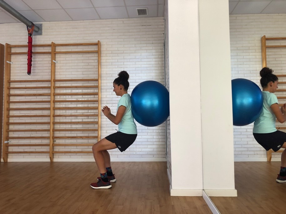 squat con pelota glúteos wellnex