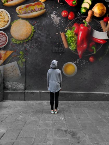 mujer mural comida salud